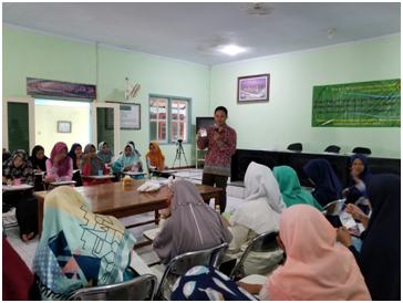 Fakultas Kedokteran dan Farmasi UNEJ Latihkan Pembuatan Sampo dan Cukur Rambut untuk Santri
